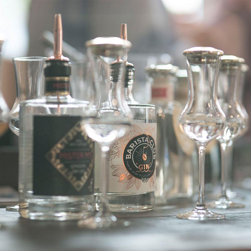 Gläser und Ginflaschen