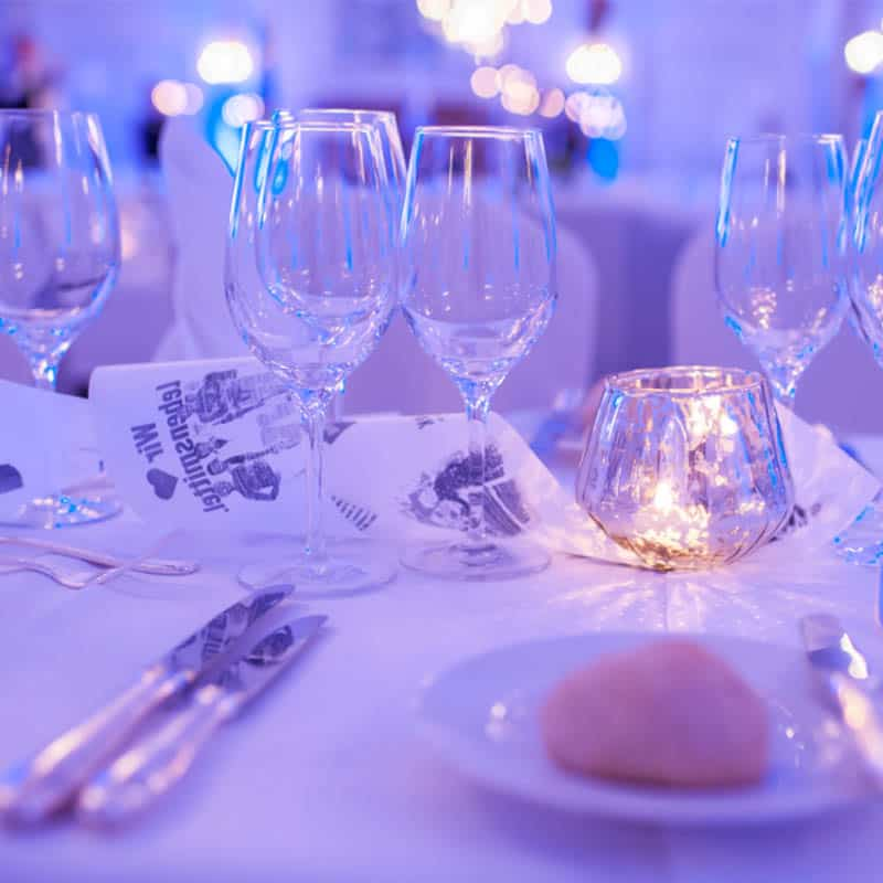 Tischdeko mit Gläsern auf einem Event