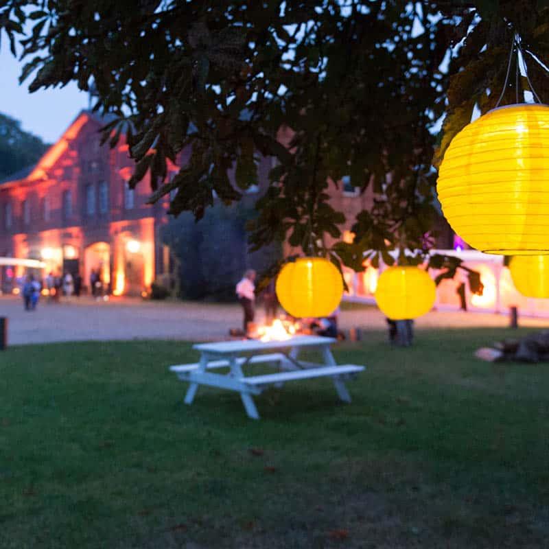Bunte Laternen an einem Baum auf einem Sommerfest