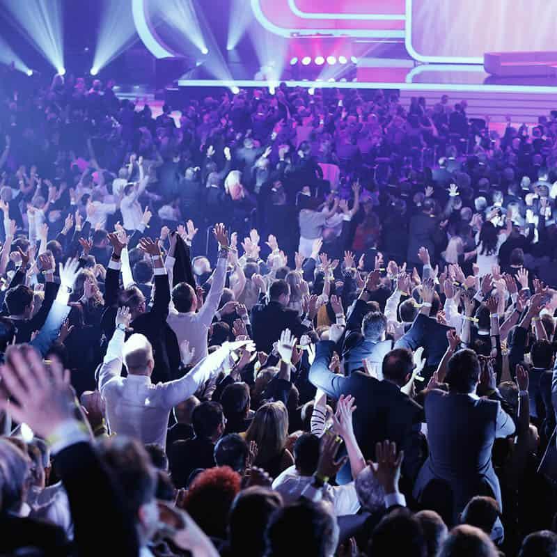 Große Bühne mit vielen Menschen davor