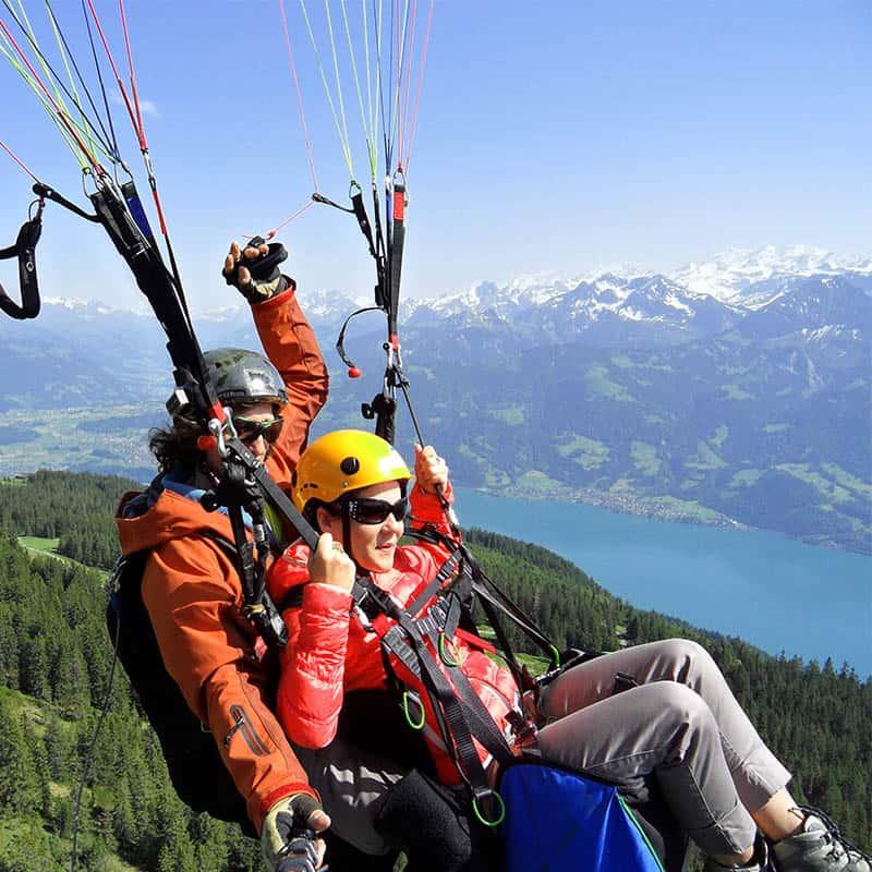 Frau sitzt in einem Paraglide