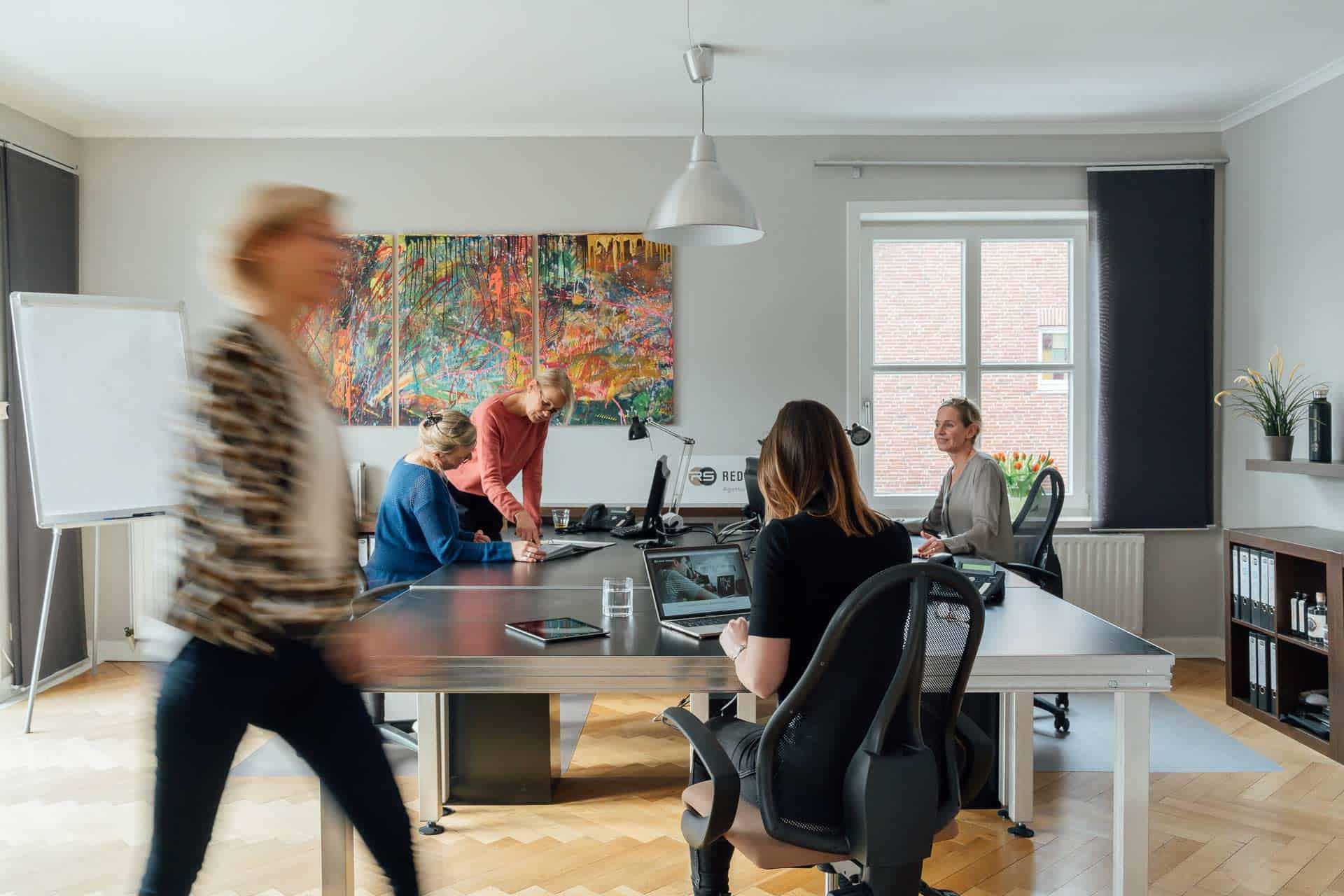 Mitarbeiter im Büro von Redlin Schindler