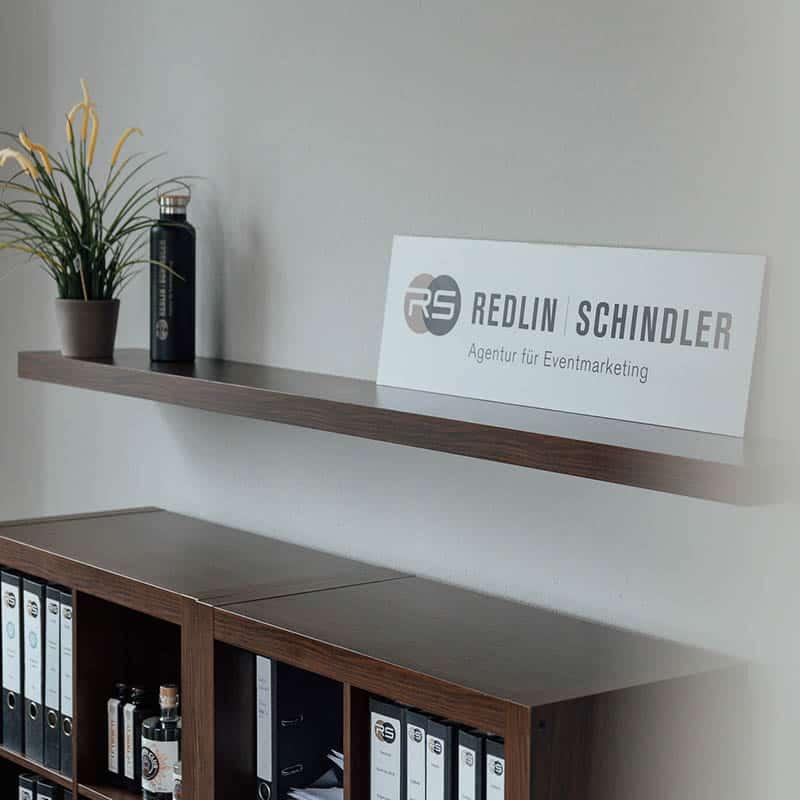 Schild mit dem Logo von Redlin - Schindler